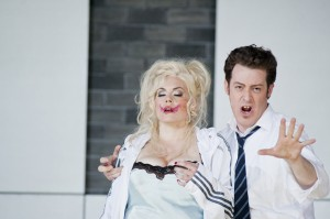 Emily Newton (Anna Nicole), Morgan Moody (Howard Stern)  ©Thomas M. Jauk / stage picture