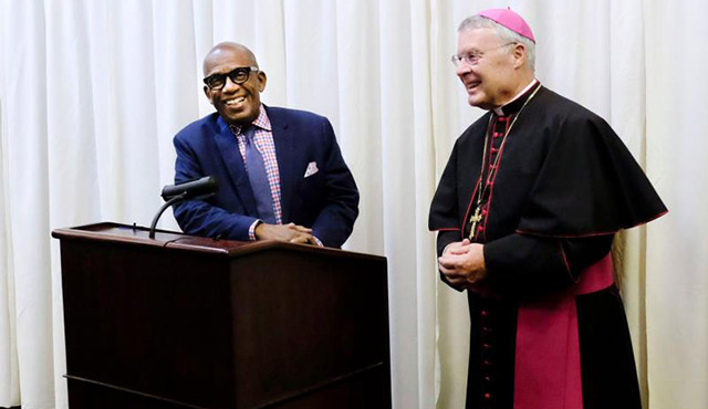 BISHOP R. WALKER NICKLESS OF SIOUX CITY, IOWA, INTRODUCES GUEST SPEAKER AL ROKER PRIOR TO THE START OF THE BISHOPS' DINNER IN SIOUX CITY SEPT. 24. / PHOTO: (CNS PHOTO/JERRY L MENNENGA, THE CATHOLIC GLOBE)