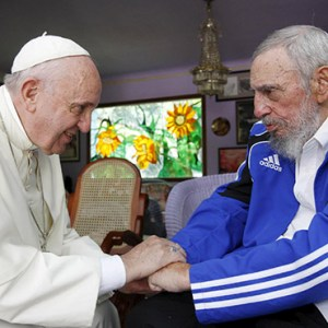 POPE FRANCIS AND FORMER CUBAN PRESIDENT FIDEL CASTRO GRASP EACH OTHER'S HANDS AT CASTRO'S RESIDENCE IN HAVANA SEPT. 20, 2015. CASTRO, WHO SEIZED POWER IN A 1959 REVOLUTION AND GOVERNED CUBA UNTIL 2006, DIED NOV. 25 AT THE AGE OF 90. / PHOTO: CNS PHOTO/ALEX CASTRO, AIN HANDOUT VIA REUTERS