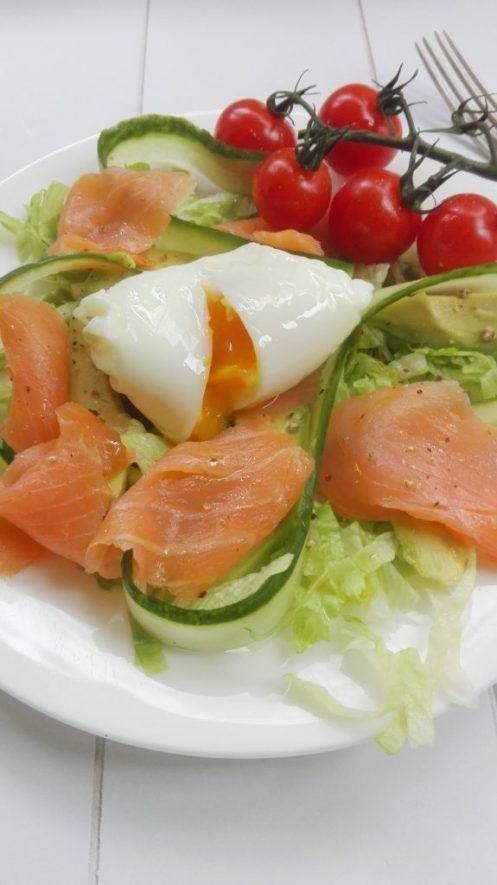 salade gerookte zalm gepocheerd ei