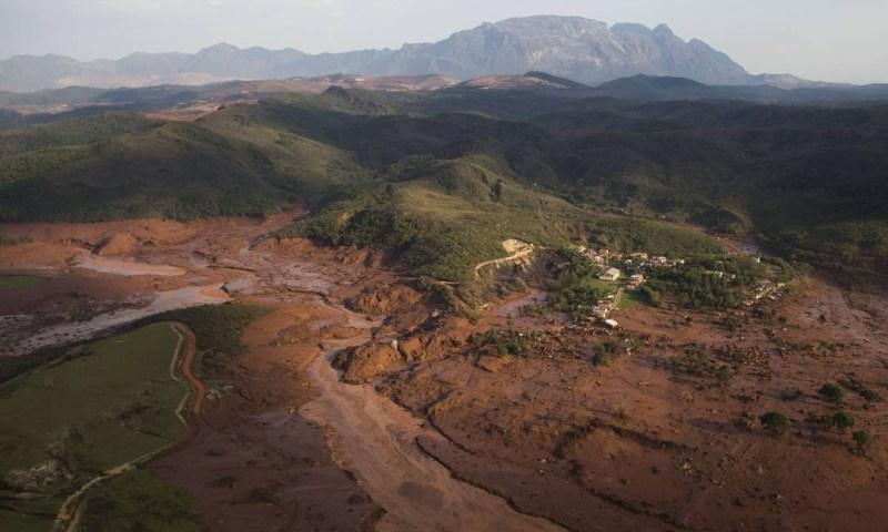 Imagem aérea mostra a destruição provocada pelo rompimento de duas barrages com rejeitos de mineração no distrito de Bento Rodrigues, em Mariana Felipe Dana / AP