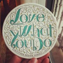 "Foto de una cerámica que reza ""Love what yo do"