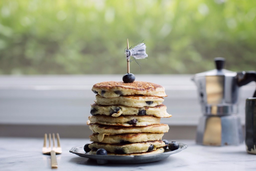 blueberry buttermilk pancakes // www.ohhoneybakes.com