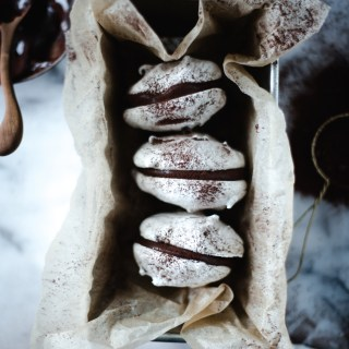 vanilla meringues with dark chocolate ganache // ohhoneybakes.com