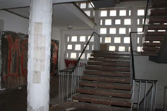 Das frühere Nagema-Hauptquartier, in dem einst die Geschicke des DDR-Verpackungsmaschinenbaus dirigiert wurden, steht seit Jahrzehnten leer und verwildert. Errichtet wurde das Schokopack-Hochhaus Ende der 1950er in einer damals innovativen Skelett-Bauweise. Foto: Heiko Weckbrodt