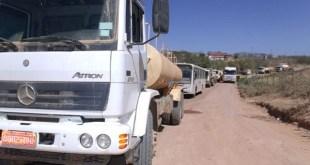Moradores interditam estrada e impedem passagem de veículos envolvidos na execução das obras da Transnordestina, em Aurora