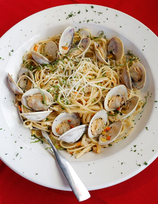 Linguine with little neck clams at Rococo (Garett Fisbeck)