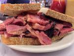ニューヨーク名物の肉盛りサンド!創業1888年のカッツ・デリカテッセン