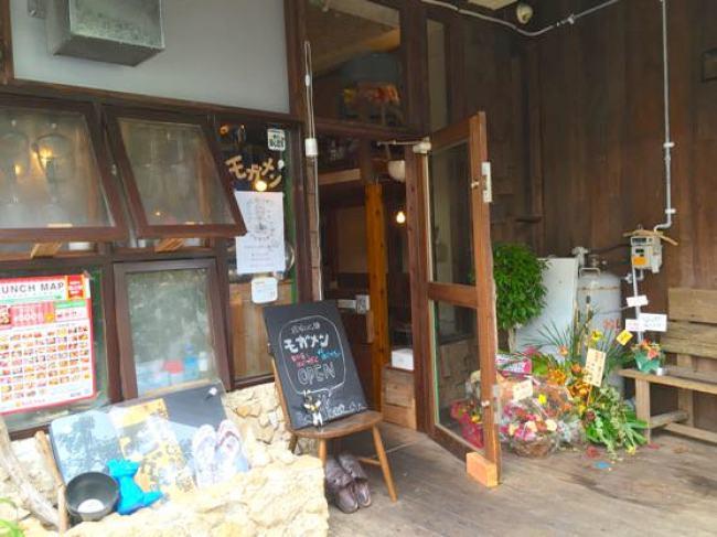 沖縄ジャージャー麺屋「モガメン」入り口