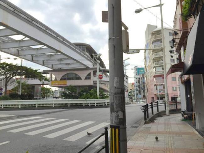 沖縄ジャージャー麺屋「モガメン」向かいのモノレール駅