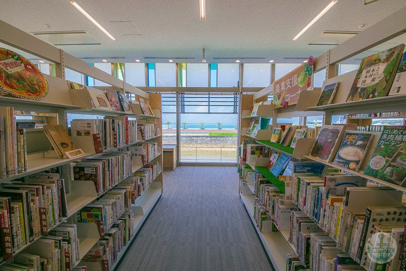 恩納村文化情報センター・図書館フロア