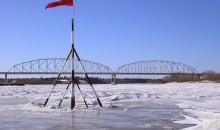 Βρέθηκαν παγωμένα μάχιμα ελάφια σε ποταμό της Αλάσκα