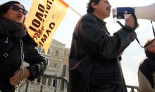 Αλυσοδεμένοι στα κιγκλιδώματα διαμαρτύρονται καθηγητές – Σε εξέλιξη συλλαλητήριο της ΑΔΕΔΥ
