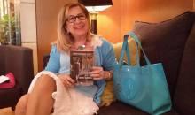 Η Βενετία Πιτσιλαδή Σουάρτ ξετυλίγει τη ζωή της και ξεφυλλίζει τα βιβλία της στο oloigiaolous.gr