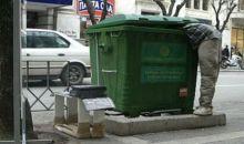 Εικόνες δυστυχίας και ντροπής στην Κύπρο. Τρώνε από τα σκουπίδια (βίντεο)