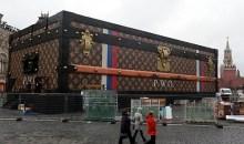 Μια γιγαντιαία βαλίτσα Louis Vuitton εμφανίστηκε και δίχασε στην Κόκκινη Πλατεία της Μόσχας (photos)