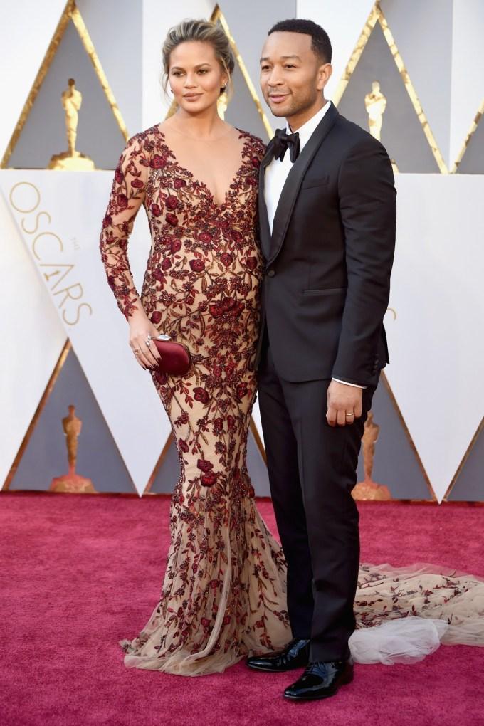 Chrissy-Teigen-Oscars-2016-Red-Carpet-Vogue-28Feb16-Getty_b