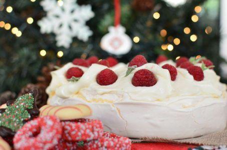 christmas-pavlova-wreath-recipe-berries-marcarpone-cream-easy-yogurt-eggs