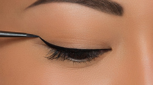 Tips-To-Apply-Liquid-Eyeliner