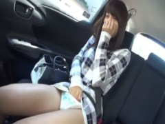 走行中の車の中で恥ずかしそうにおまんこを弄る激カワギャル!M字開脚でゆっくりと弄っては快感に喘ぐオナニー動画