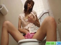 痴漢された美乳美人妻が非日常的な行為に発情してトイレでおまんこを弄り始めるオナニー動画無料