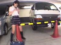 地下駐車場のポールで角オナを始める露出癖の有る女子校生
