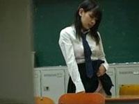 教室の机の角でオナニーをするのが大好きな女子校生。今日も放課後の誰もいない教室で角オナニーを始めてしまう。