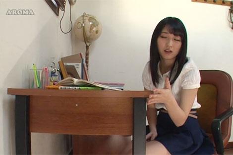 勉強中にムラムラして角が気になりはじめる美少女