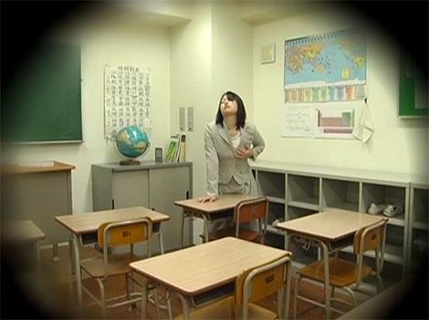 教室で角オナニーをする女教師