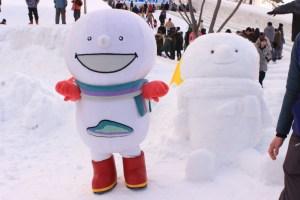 """↑""""雪像""""のユキちゃんと""""本物""""のユキちゃん"""