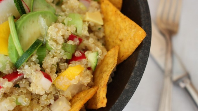 vegan-quinoa-tacco-salat-mit-avocado-und-mango-rezept-sommer (9)