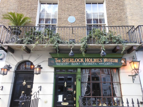 221B (left) and a Sherlock Holmes museum/shop (right). Holmes's apartment is on the 2nd floor.