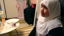 800px-Muslim_girl_in_a_white_tudung_-_20100718[1]
