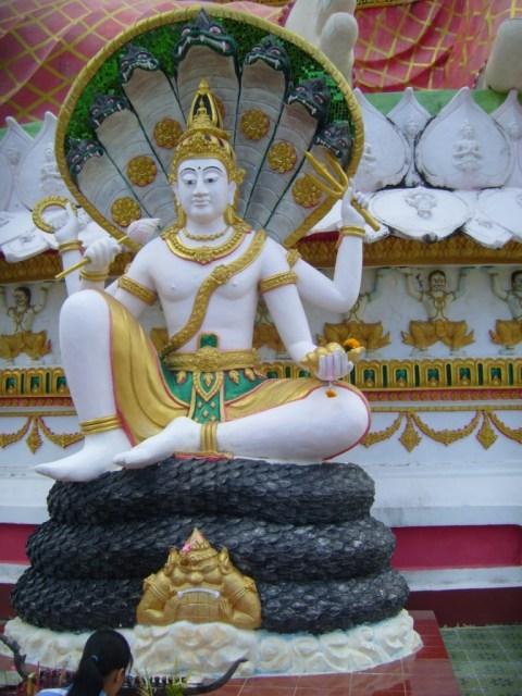 Менее крупные  идолы, соседствующие с «Будддой богатства» в языческом комплексе на о.Самуи.