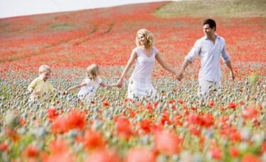 93441_család-sétál-pipacs-mező-kezek-mosolyog
