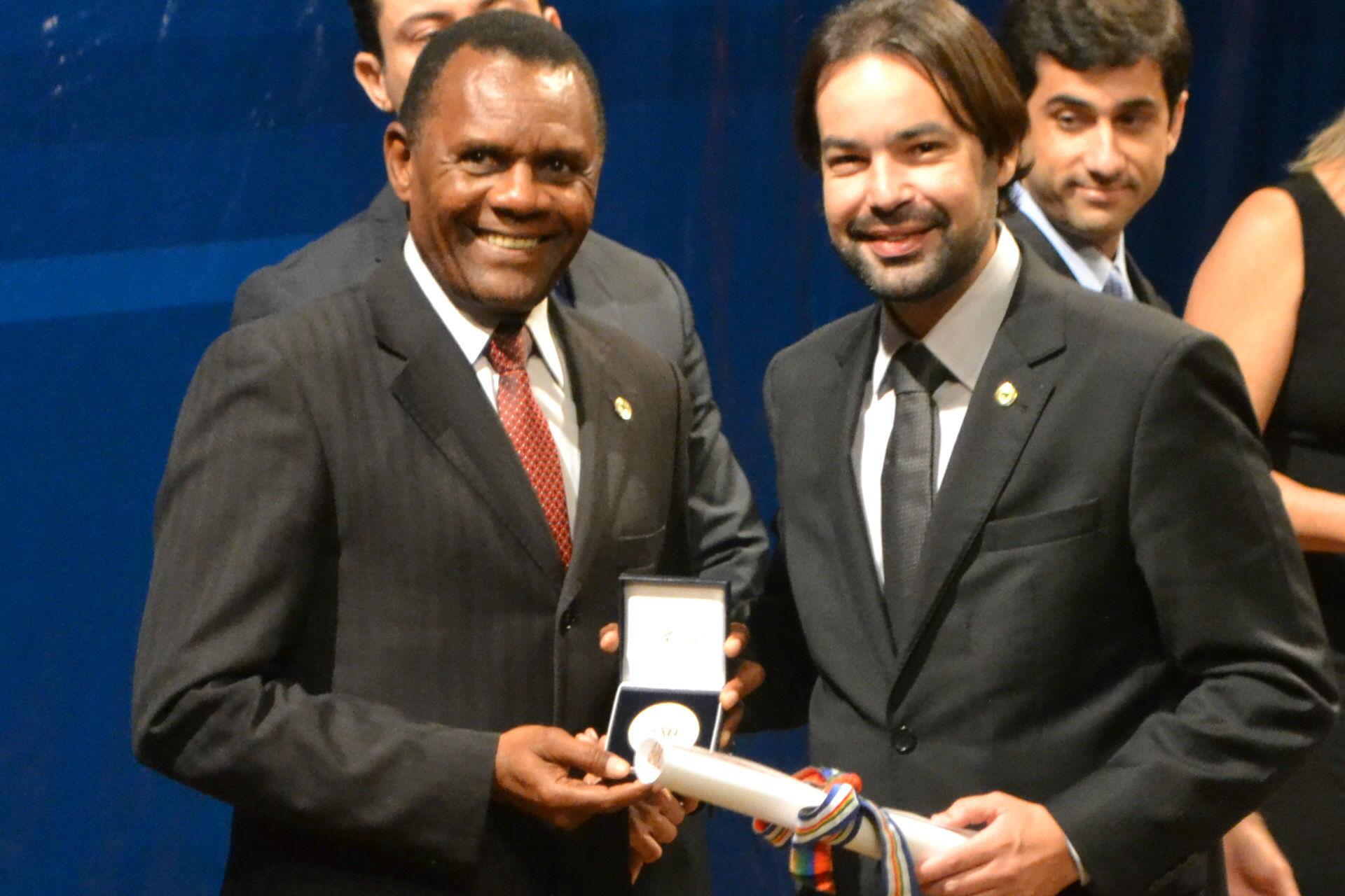 Ossesio recebe medalha dos 180 anos do Poder Legislativo