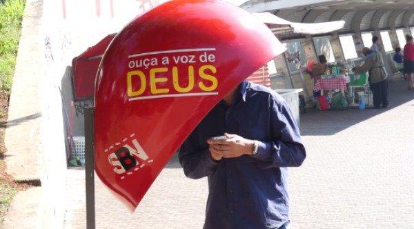 """Ação evangelística instala orelhão com a """"voz de Deus"""" e emociona pessoas nas ruas de SP"""