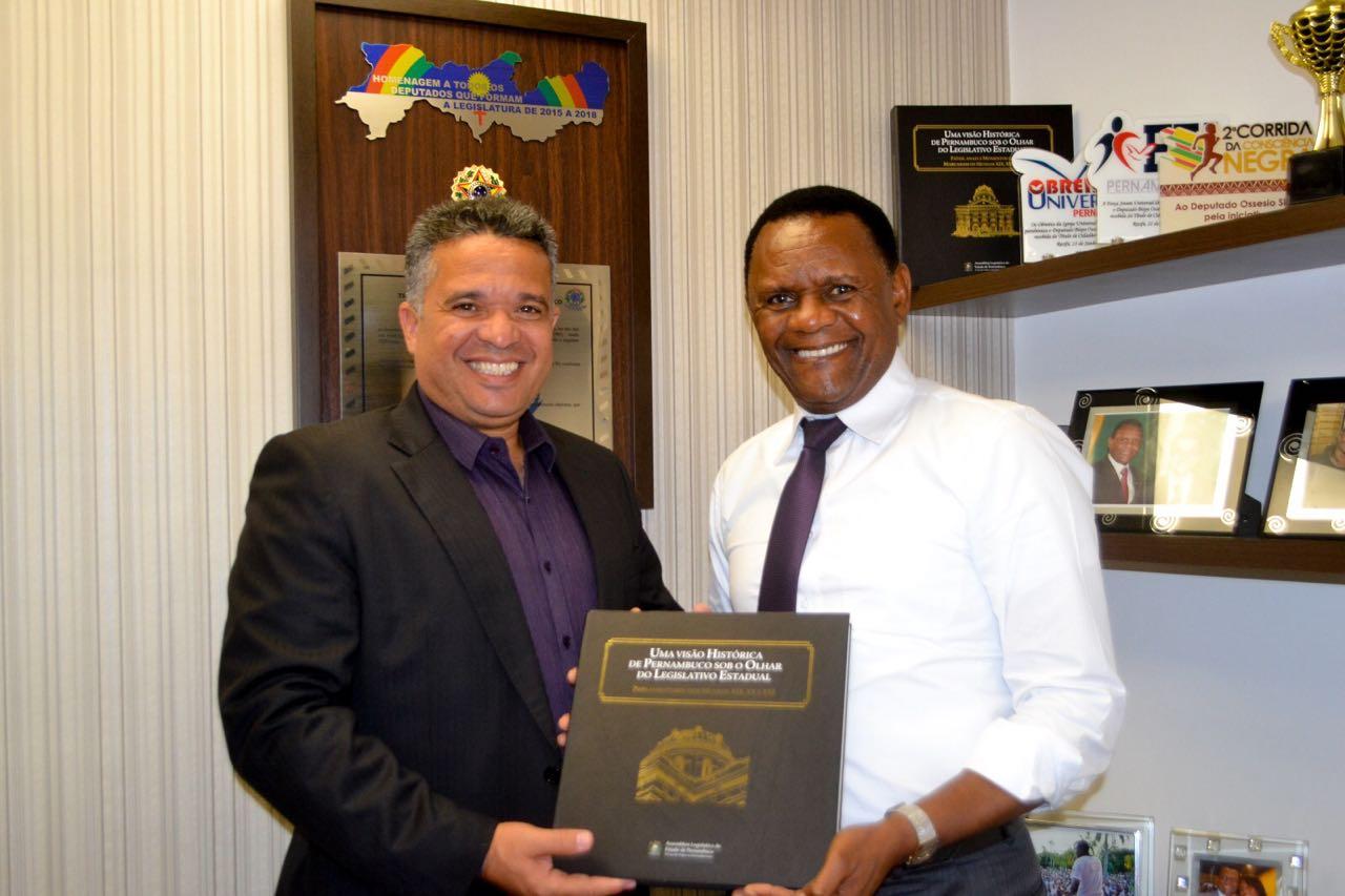 Deputado Ossesio recebe coordenador William Brigido em seu gabinete