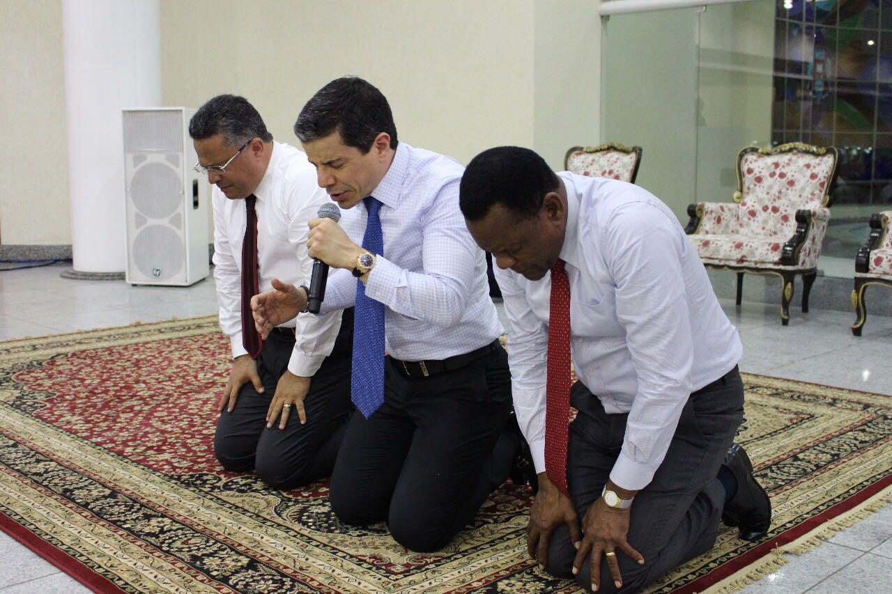 Recife – Bispo Ossesio Silva participa da Vigília do Desmanche e do Resgate no bairro de Santo Amaro
