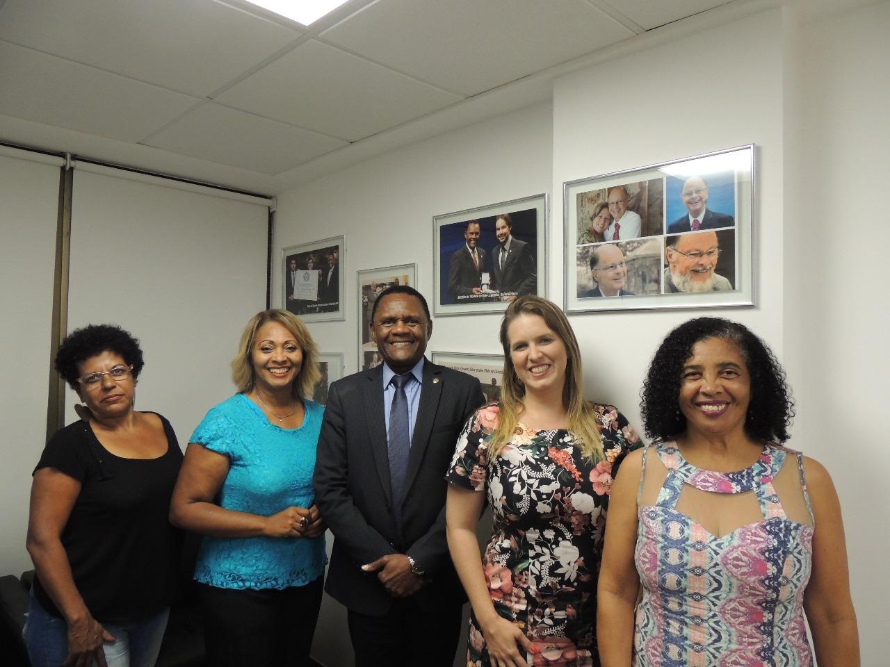 Deputado Ossesio Silva recebe lideranças do Prêmio Mulher Evidência