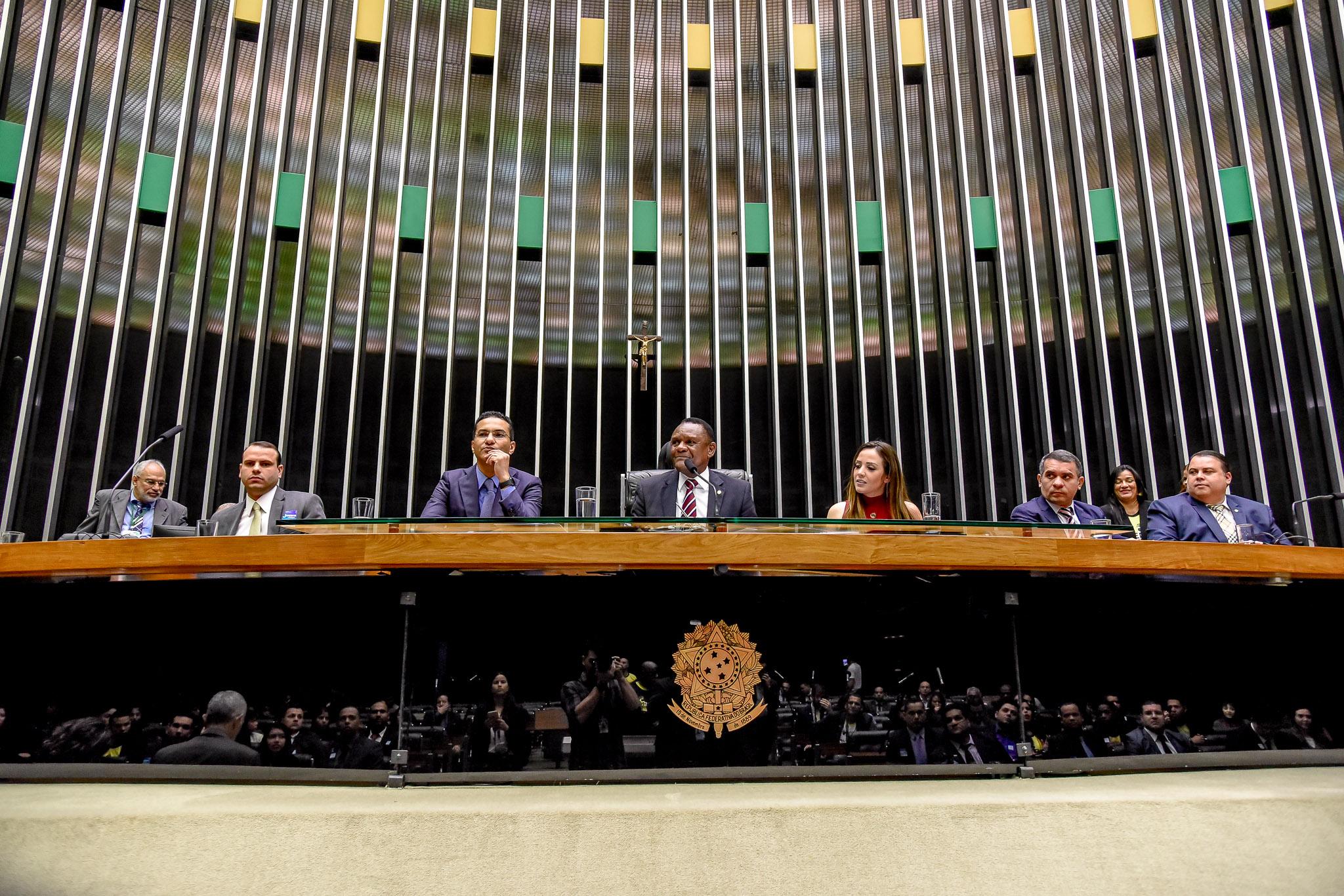 Ossesio Silva debate desafios da juventude em sessão solene na Câmara