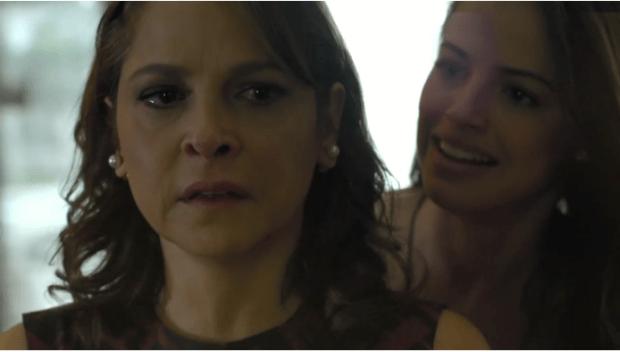 Carolina fica chocada com a revelação feita por Giovanna (Foto: Reprodução/Globo)