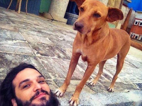 Intérprete de Abiú, Daniel Siwek encontrou um amigão. Foto: Reprodução/Instagram