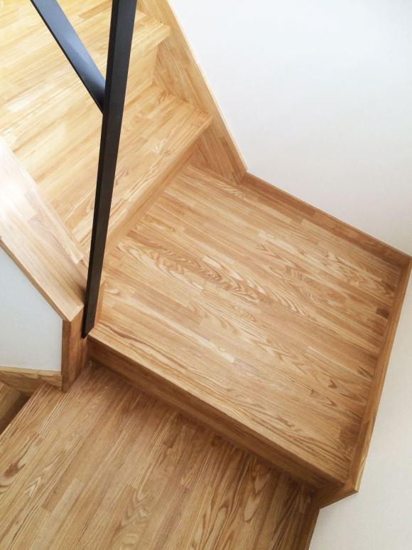 階段の素材はタモの無垢材
