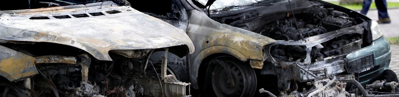 Carros queimados em rua de Berlim em ataque de 2011  (AP Photo/Michael Sohn)