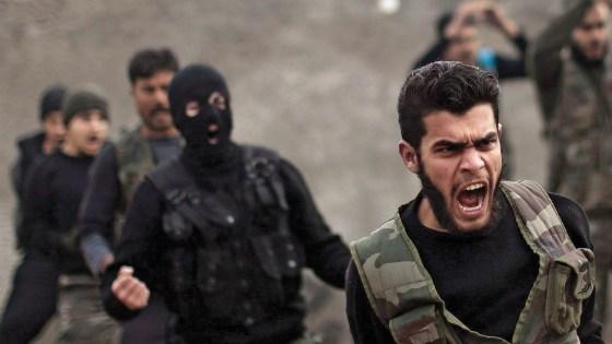 Jovens de origem árabe participam de treinamento do ISIS, na província síria de Ibidl. Calcula-se que dezenas de britânicos estejam entre eles