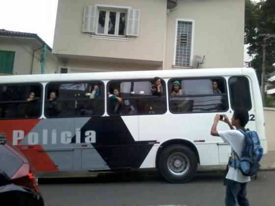 Após ação policial, ônibus-camburão conduz estudantes a distrito policial