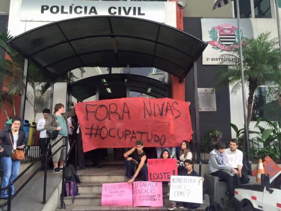 Estudantes e pais protestam em delegacia policial de S.Paulo e prometem resistir