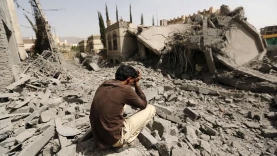 Vítima de bombardeio no Iêmem. Invasão saudita, esquecida pela mídia, já provocou 10 mil mortes e, segundo OMS, pode deflagrar epidemia de cólera