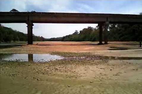 Leito seco do Rio Paracatu, no município de mesmo nome. Principal afluente do São Francisco, o rio tinha quase 500 quilômetros, e uma bacia hidrográfica de área equivalente à do Estado do Rio